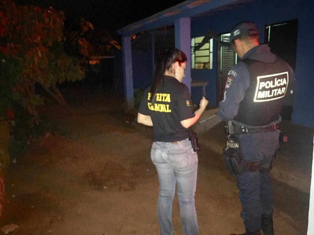 Policias na casa do idoso assassinado — Foto: Porã News