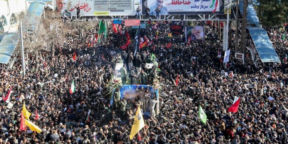 Multidão se reuniu ao redor do veículo que transporta o caixão do general Soleimani - Foto: Atta Kenare/AFP/CP