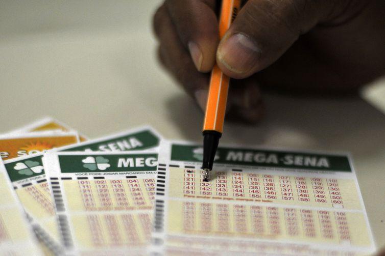 As apostas da Mega-Sena podem ser feitas até as 19h, no horário de Brasília - Marcello Casal Jr./Agência Brasil