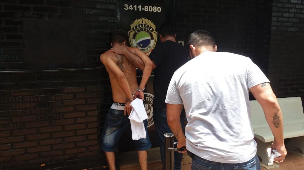 Homem foi levado para delegacia por suspeita de tráfico de drogas - Crédito: Osvaldo Duarte/Dourados News