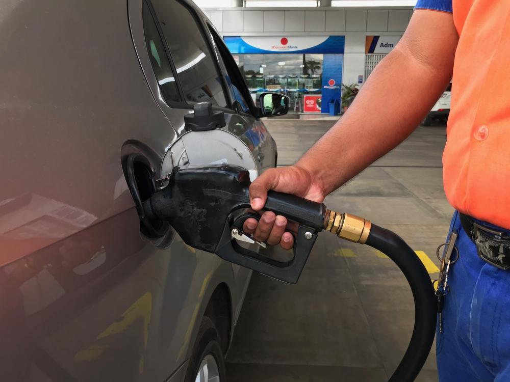 Bomba gasolina frentista posto combustível — Foto: Alan Chaves/G1