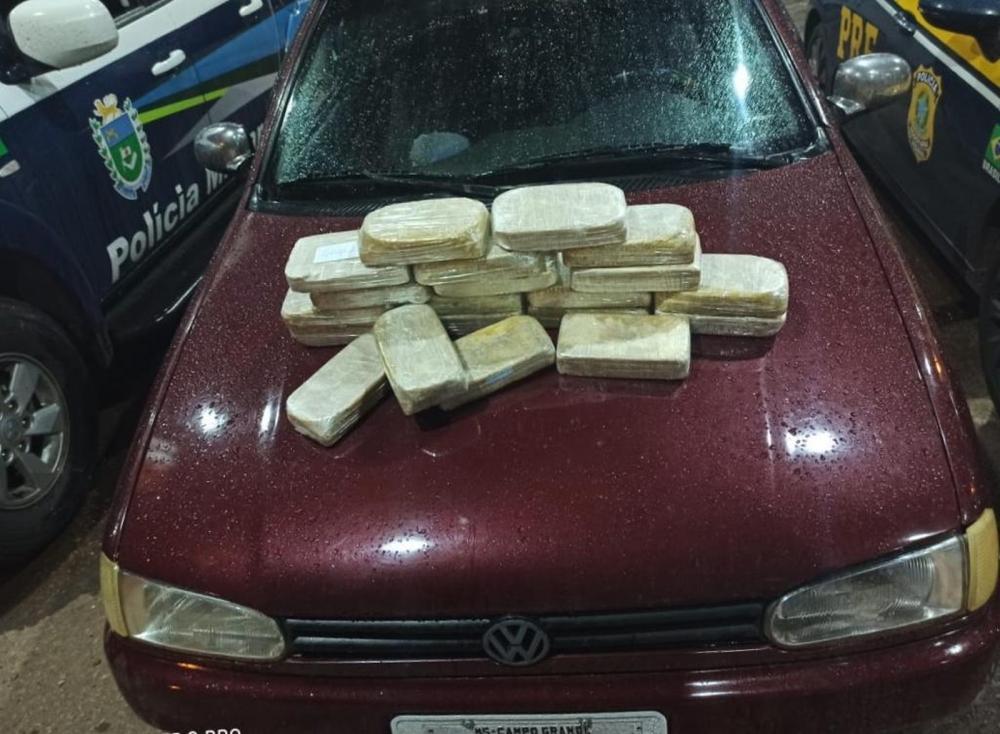 Suspeito foi flagrado com 20 kg de cocaína em rodovia de MS — Foto: PRF/Divulgação