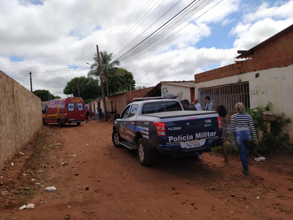 Movimentação de bombeiros e polícia no local do crime — Foto: Bruno Axelson/TV Morena