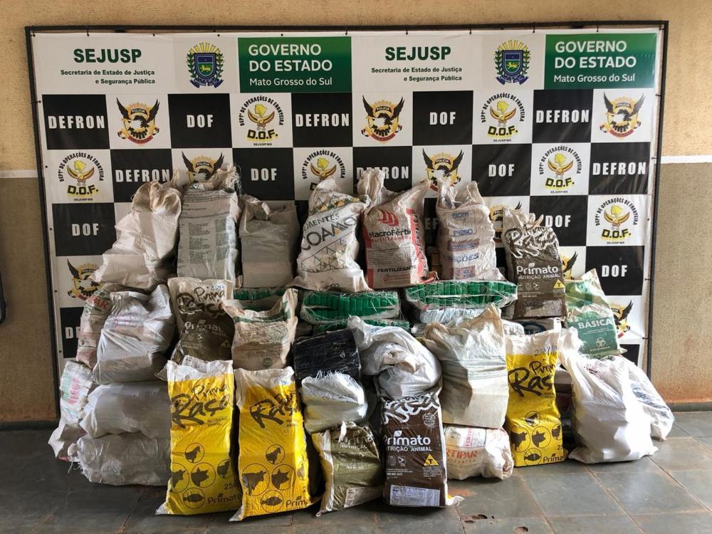 Droga apreendida na caminhonete foi levada até a Delegacia Especializada de Repressão aos Crimes de Fronteira (Defron) — Foto: DOF/Divulgação