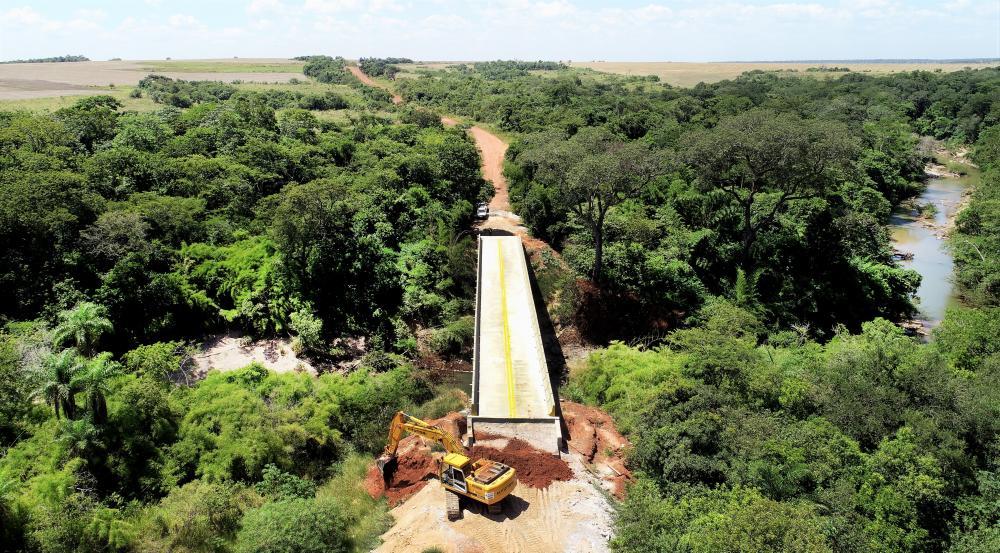 Ponte de concreto sobre o Córrego Vacadiga na MS-472: entroncamento com a Rota Bioceânica - Foto: Saul Schramm