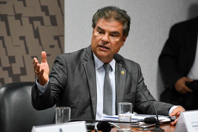 Senador apresenta melhoras, mas deve permanecer internado em Brasília