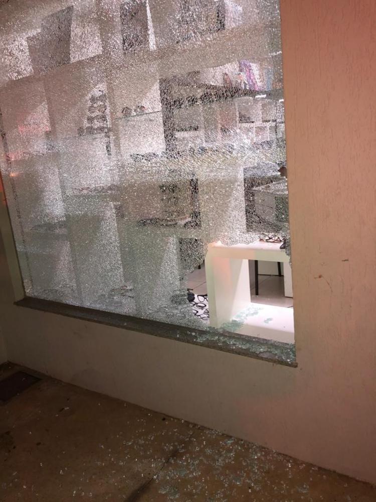 Uma das janelas da ótica foi quebrada por suspeito. Homem levou cerca de 50 óculos do local. — Foto: Reprodução