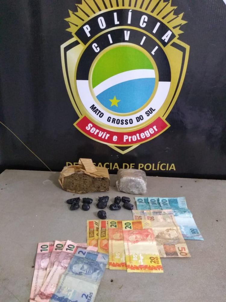 Suspeito foi preso em flagrante com dinheiro e drogas — Foto: Polícia Civil/Divulgação