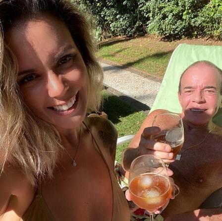 Conde Chiquinho Scarpa toma sol e gin com a namorada 30 anos mais jovem durante a quarentena - Foto: Reprodução/Instagram