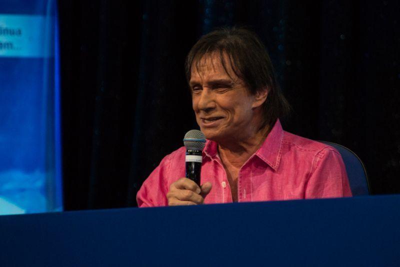 Roberto Carlos anuncia que fará live no Dia das Mães
