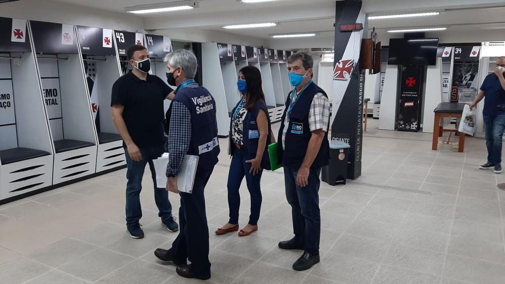Fiscalização da Vigilância Sanitária no CT do Vasco — Foto: Divulgação/Vigilância Sanitária