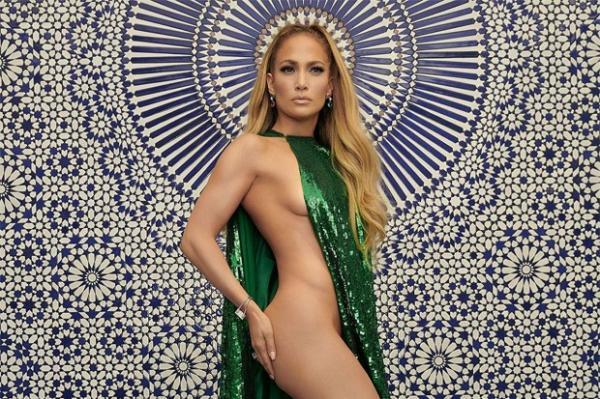 23f3b6a5f Deusa! Jennifer Lopez posa seminua para capa de revista gringa